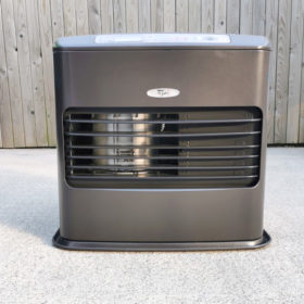 The 'powerful heater' the Kero4600 is pictured against a wooden wall. It is stocky looking, about as tall as it is wide with a large grate in the front. The plastic grate shows the metallic, silver burner on the left hand side. There is a embled that says 'Kero' on it and a digital display and dial system is above this. It's charcoal grey with silver finishings and two red buttons.