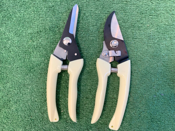 The two sets of pruning shears from the garden tool bag with chair set